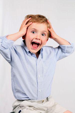 Adorable petit garçon souriant avec surprise isolé sur blanc  Banque d'images - 2956990