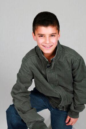 preteen boy: studio photo de cute preteen gar�on souriant dans les v�tements casual Banque d'images