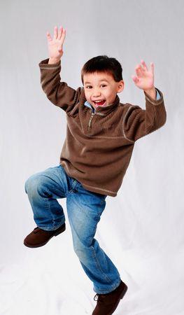 かわいいアジアの少年、空気中のジャンプ