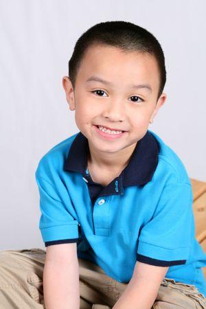 Petit garçon asiatique souriant isolé sur blanc Banque d'images - 2956609