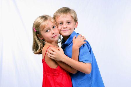 かわいい男の子と女の子を抱いて