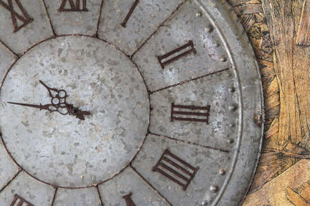 antiquarian: Wall clock old rusty grunge on wooden wall background