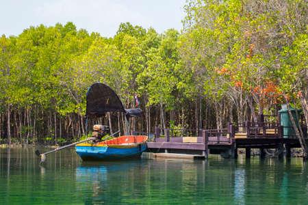 小型乗用車タイのマングローブの美しい自然を鑑賞する乗客を取ること港でボート待ちの乗客。旅行と旅のコンセプト