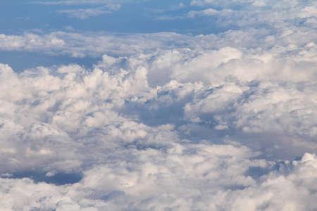 飛行機の窓から空の上雲の抽象的な背景