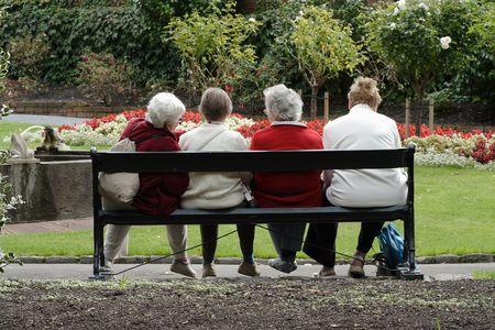 damas antiguas: Ancianas en el parque