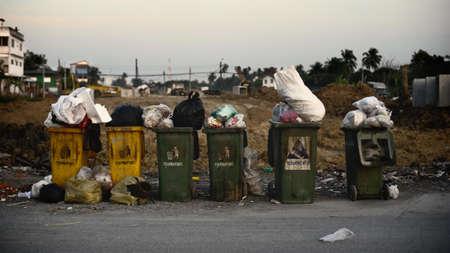 weerzinwekkend: Vuilnisbak langs de weg en het is volledig met afval