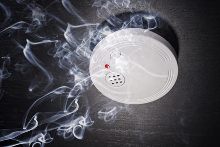 경보: 화재의 연기에 연기 감지기 스톡 사진