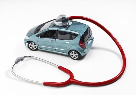 Auto wird mit einem Stethoskop überwacht Lizenzfreie Bilder