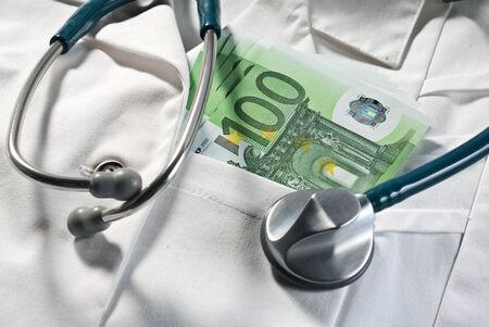 corrupcion: Estetoscopio y dinero en las facturas de un médico