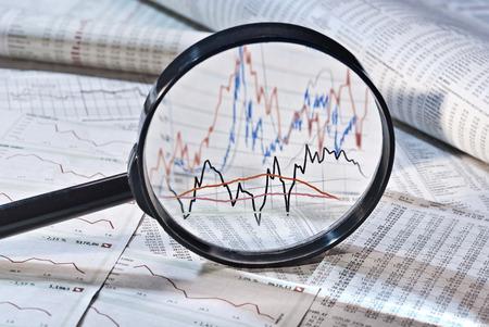 拡大鏡は、株価の変動を示しています