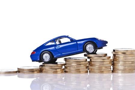 Modèle de voiture sur la hausse des piles de pièces de monnaie Banque d'images - 28013824