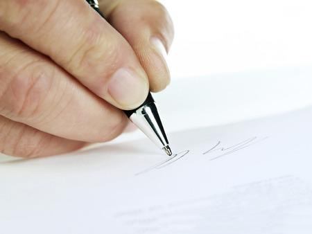 testament schreiben: Unterschrift mit Stift in der Nahaufnahme