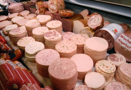 Detail of a meat counter in a supermarket  Imagens