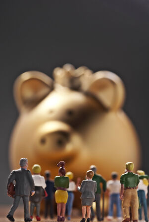 modell: Large group of modell figures in front of a monumental golden piggy bank with crown