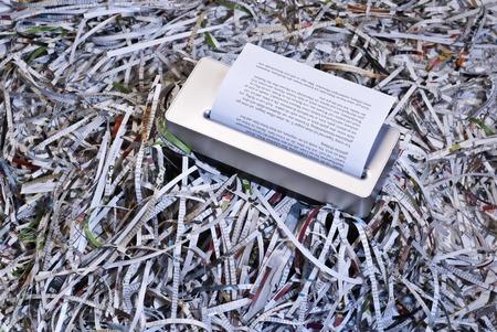 Shredder est entouré par de grandes quantités de papier déchiqueté Banque d'images - 28092705