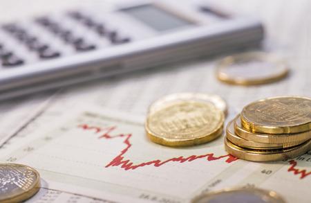 Münzen, Diagramm und Rechner als ein Symbol für die Wechselkurse