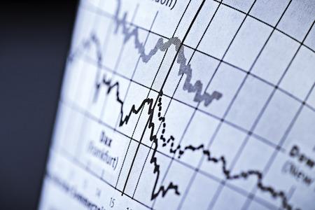Deux courbes montrent l'évolution des prix des actions sur la bourse Banque d'images - 28092748