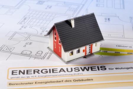 Haus mit Gebäudeplänen und Energieausweis