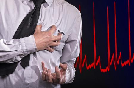 infarto: El hombre toma su coraz�n: �l tiene un ataque al coraz�n