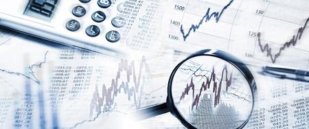 Kurzy akcií s lupou a kalkulačka