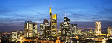 Frankfurt Skyline bei Nacht in Panorama-Format