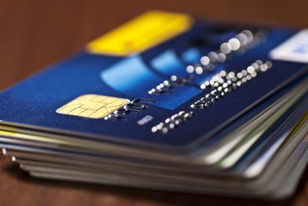 cuenta bancaria: Primer plano de las tarjetas de crédito apiladas. Foto de archivo