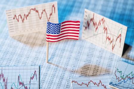 desarrollo econ�mico: bandera americana con tablas de tarifas y gr�ficos para el desarrollo econ�mico Foto de archivo