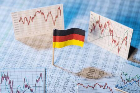 desarrollo econ�mico: bandera alemana con tablas de tarifas y gr�ficos para el desarrollo econ�mico