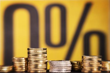 Coins avec le symbole de 0% d'intérêt en arrière-plan