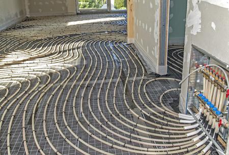 Rohre einer Fußbodenheizung bei der Installation