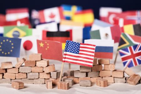 Amerikaanse vlag voor een muur met vlaggen van andere landen op de achtergrond