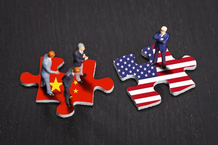 Puzzle de piezas con las banderas de China y los EE.UU. Foto de archivo - 73464220