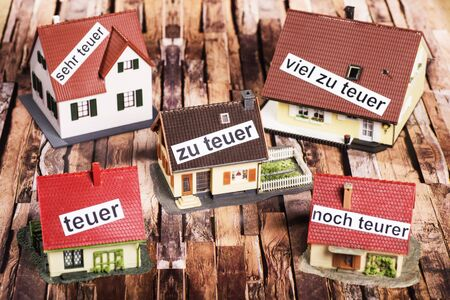 symbolize: Houses with labels that symbolize overpricing.