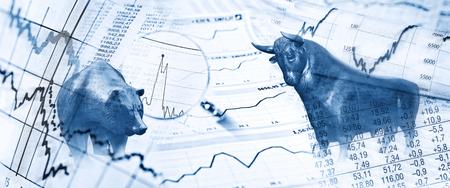 Borsa valori con toro, orso e stockcharts Archivio Fotografico - 74551251