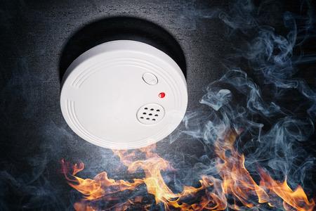 화염과 연기가있는 연기 감지기