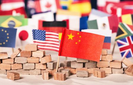 Bandera de China frente a banderas de muchos otros países como símbolo de su poder económico y político
