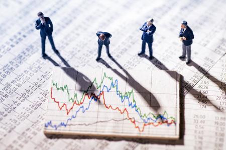 les hommes d & # 39 ; affaires sont en regardant les marchés boursiers Banque d'images