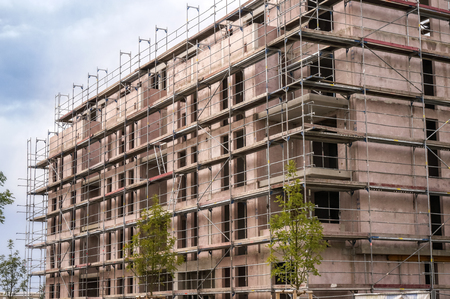 Shell of an apartment building with scaffolding Banque d'images - 100286306