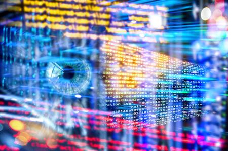 Programmcode mit Auge und abstraktem Technologiehintergrund mit Server-Racks und vielen Lichtern Standard-Bild