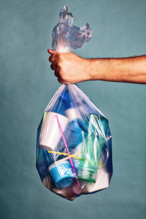 Hand is holding a bag with plastic garbage Banque d'images - 106196492