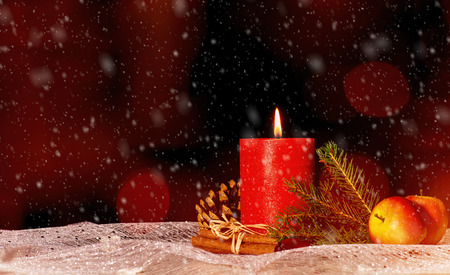 Red candle with christmas decoration, snow and copy space Banque d'images - 110031538
