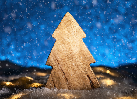 Wooden Christmas tree with snow in front of a blue background Banque d'images - 110031539