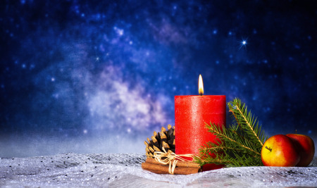 Red candle with christmas decoration, starry sky and copy space Banque d'images - 110031540
