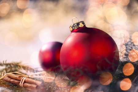 Red Christmas baubles and Christmas decorations with fir branches and bokeh Banque d'images - 110031548