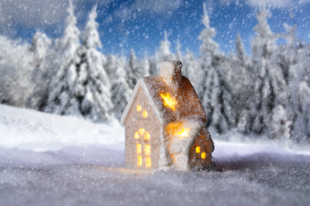 Small house with lights in front of snowy winter landscape Banque d'images - 110031555