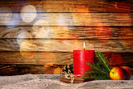 Red candle with christmas decoration in front of wooden wall with bokeh and copy space Banque d'images - 110031601