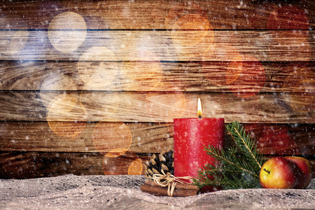 Red candle with christmas decoration and snow in front of wooden wall with bokeh and copy space Banque d'images - 110031605