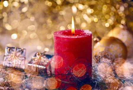 Red candle with Christmas decorations and gift package Banque d'images - 110031608