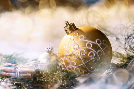Golden bauble and christmas decoration with fir branches Banque d'images - 110031611