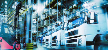 Logistics in modern transportation with warehouse, trucks and forklifts Banque d'images